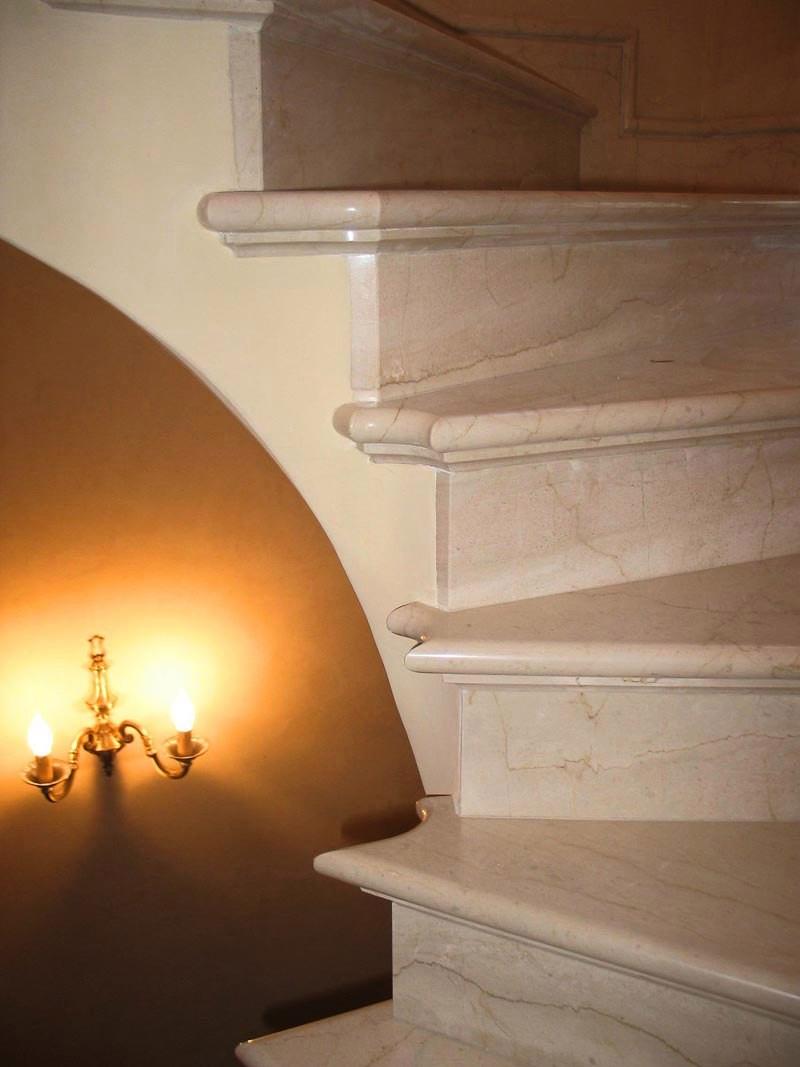 Монтаж мраморной лестницы мрамор Крема Нова  1 700 руб
