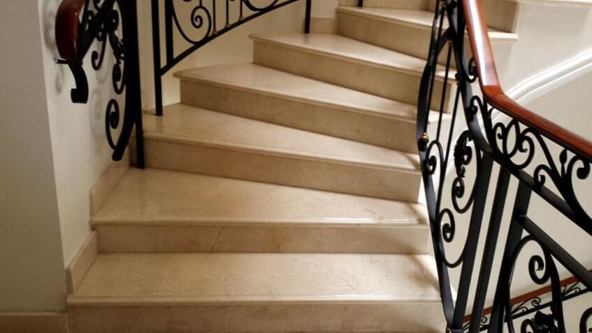 Зачем использовать мрамор Crema Marfil  на лестнице
