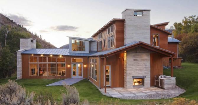 Каменная облицовка фасада и цоколя загородного дом натуральным камнем